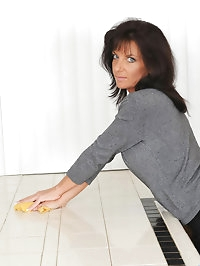 Hot Anilos Sarah Bricks fucks herself on the kitchen using..