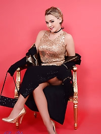Curvaceous Pin-Up Jodie Holly Gasson strips from evening..